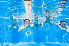 Bain d'enfants dans la piscine Photographie stock