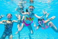 Bain d'enfants dans la piscine Photo libre de droits