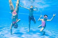 Bain d'enfants dans la piscine Images stock