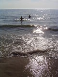 Bain d'enfants en mer photos libres de droits