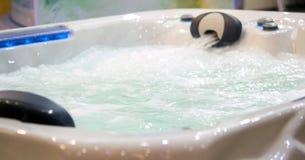 Bain de cascade de jacuzzi avec de l'eau Photos libres de droits