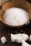 Bain de Cocos noix de coco avec du sel de mer images stock