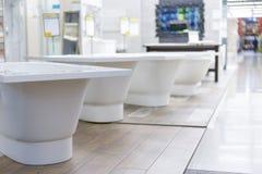bain de hite dans le magasin de bâtiment Bains dans le magasin de tuyauterie Boutique de génie sanitaire Salles de bains blanches Image libre de droits