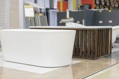bain de hite dans le magasin de bâtiment Bains dans le magasin de tuyauterie Boutique de génie sanitaire Salles de bains blanches Images stock