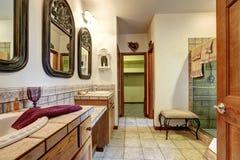 Bain de Jack et de Jill avec deux lavabos et douches en verre photos libres de droits