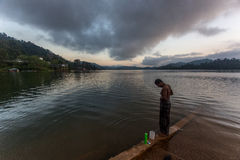 Bain de matin par un lac Photo libre de droits
