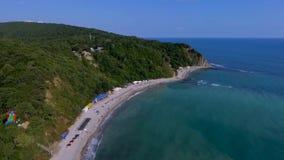 Bain de personnes en mer Baie bleue de la belle plage de la Mer Noire dans la région de la Mer Noire de la région de Krasnodar Pl banque de vidéos