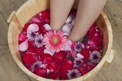 Bain de pied avec des fleurs dans le salon de station thermale Photographie stock libre de droits