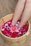Bain de pied avec des fleurs dans le salon de station thermale Photos stock