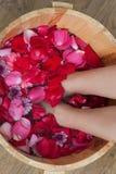 Bain de pied avec des fleurs dans le salon de station thermale Photo libre de droits
