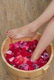 Bain de pied avec des fleurs dans le salon de station thermale Image libre de droits