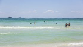 Bain de soleil de touristes, bain et jeu sur la plage du sud dans Miami Beach, F Image stock