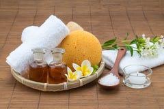 Bain de station thermale, cuillère de sel, huile essentielle et écoulement d'éponge de serviette de bougie Photographie stock