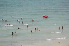 Bain de touristes sur la mer en plage d'EL Arenal en Majorque Photo libre de droits