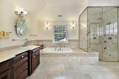 Bain principal avec la grande douche en verre photographie stock libre de droits