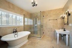 Bain principal avec la grande douche en verre images stock