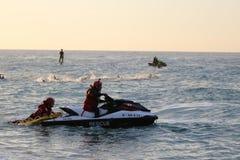 Bain sain de bateau de sécurité d'exercice de sport de triathletes de triathlon Photographie stock libre de droits