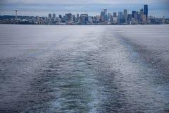 从Bainbridge海岛轮渡的西雅图地平线 免版税库存照片