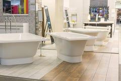 Bains dans le magasin de tuyauterie Boutique de génie sanitaire Salles de bains blanches Photo libre de droits