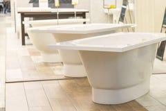 Bains dans le magasin de tuyauterie Boutique de génie sanitaire Salles de bains blanches Images stock