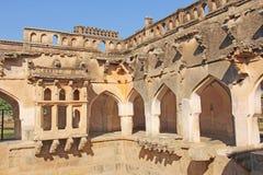 Bains de reine dans Hampi, état de Karnataka, Inde Découpage de l'anci en pierre photographie stock