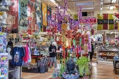 Bairro chinês em San Francisco - interior de uma loja de lembranças imagem de stock royalty free
