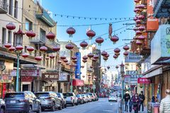 Bairro chinês em San Francisco - vista ao longo do St de Stockton imagem de stock