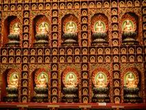 BAIRRO CHINÊS, SINGAPURA - 24 DE NOVEMBRO DE 2018: Estátua da Buda que senta-se na meditação e no nirvana de espera com mãos no g imagem de stock royalty free