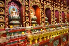 BAIRRO CHINÊS, SINGAPURA - 12 DE OUTUBRO DE 2015: o interior de buddha toca Fotos de Stock