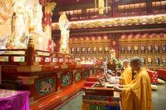 BAIRRO CHINÊS, SINGAPURA - 12 DE OUTUBRO DE 2015: o interior de buddha toca Imagens de Stock Royalty Free