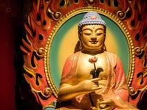 BAIRRO CHIN?S, SINGAPURA - 24 DE NOVEMBRO DE 2018: Est?tua da Buda que senta-se na medita??o e no nirvana de espera com m?os no g imagem de stock