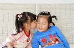Baiser asiatique mignon de filles Photo libre de droits