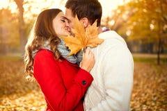Baiser avec amour en nature en automne Image libre de droits
