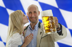 Baiser bavarois de couples d'Oktoberfest sur la joue photographie stock