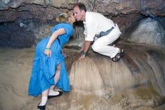 Baiser d'homme et de femme dans un endroit sp?cial pour des amants dans une caverne de Bellamar Matanzas, Cuba photographie stock