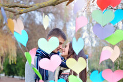 Baiser d'homme et de femme la Saint-Valentin, le décor des coeurs Photo stock