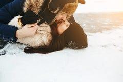 Baiser d'homme et de femme sur la glace Photos libres de droits
