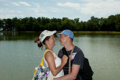 Baiser d'homme et de femme sur un fond de lac Image libre de droits