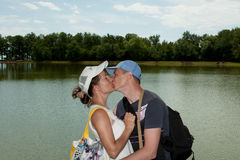 Baiser d'homme et de femme sur un fond de lac Photos stock