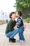 Baiser de bébé garçon sa mère Photo stock