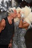 Baiser de concepteurs David Blond et de Phillipe Blond sur la piste au défilé de mode de Blonds Photographie stock libre de droits