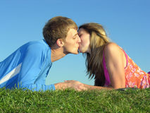 Baiser de couples photo stock