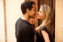 Baiser de couples de flirt Photographie stock libre de droits