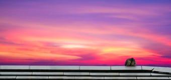 baiser de deux oiseaux sur le toit et le ciel et le nuage colorés de panorama sur le soleil photos stock