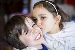 Baiser de frères d'enfants sur la joue Photo libre de droits