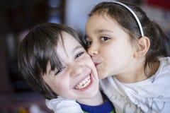 Baiser de frères d'enfants sur la joue Image libre de droits