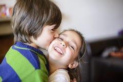 Baiser de frères d'enfants sur la joue Photographie stock
