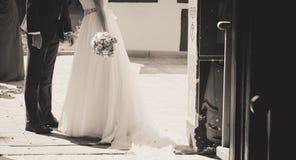 Baiser de jeunes mariés en dehors de l'église Image libre de droits