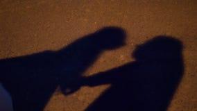 Baiser de la silhouette de jeunes mariés banque de vidéos