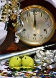 Baiser de minuit le réveillon de la Saint Sylvestre Photos libres de droits